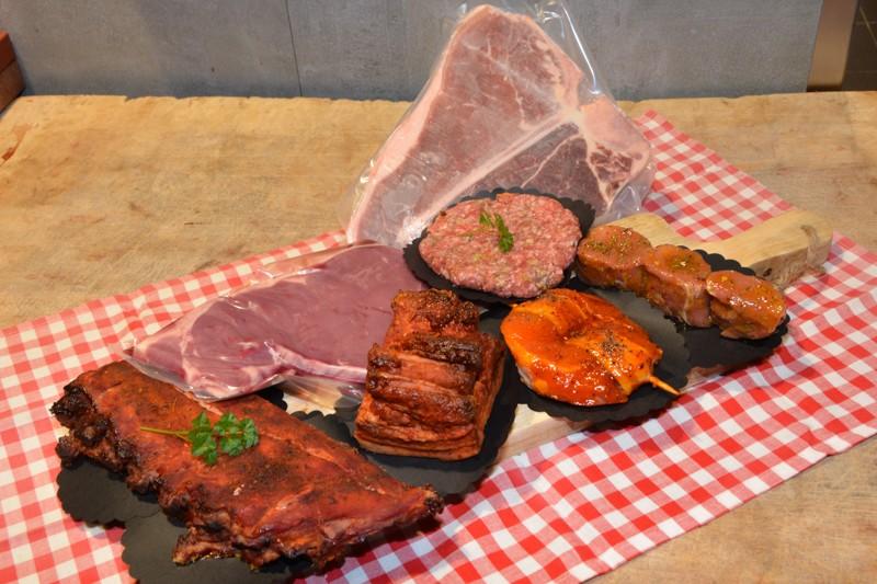 Een stuk vlees in de vlam van een barbecue